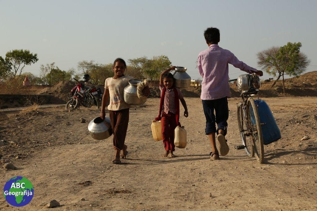 Ljudi u nekim zemljama Azije i Afrike prosječno hodaju 6 km dnevno da bi donijeli vodu
