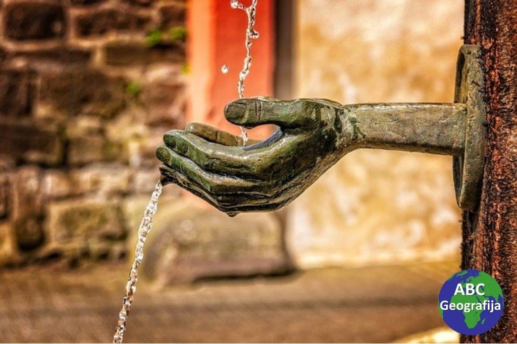slavina s pitkom vodom