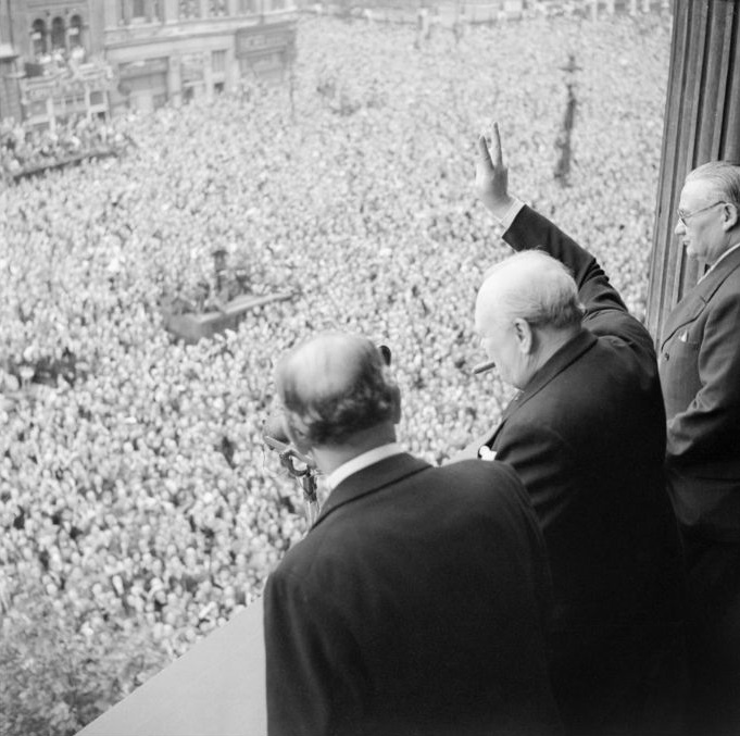 Winston Churchill pokazuje u Londonu okupljenom mnoštvu znak pobjede 8. svibnja 1945. godine, slaveći pobjedu nad nacističkom Njemačkom