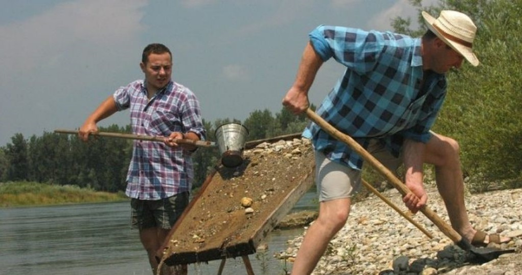 Ispiranje zlata na rijeci Dravi