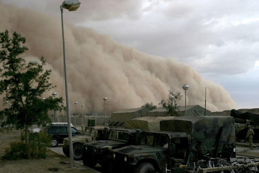 Pješčana oluja iznad vojnog kampa u Iraku 2005. godine