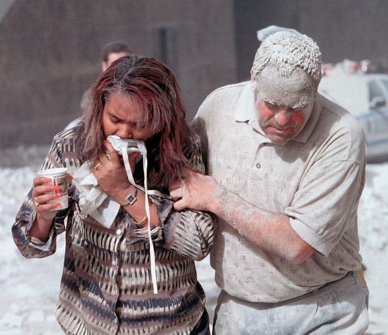Dvoje preživjelih prekriveno prašinom nakon urušavanja tornjeva 11. rujna 2001. godine