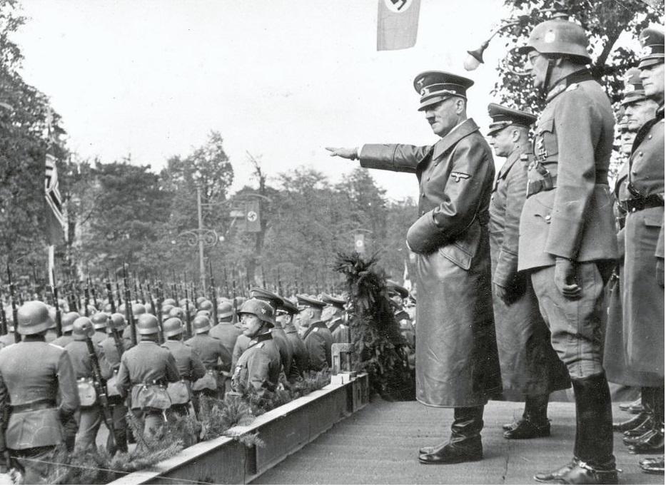 Hitler na paradi pobjede Wehrmachta u Varšavi 5. listopada 1939. godine