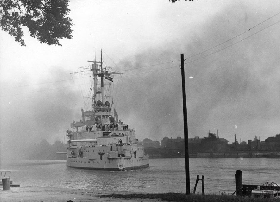 """Njemački brod """"Schleswig-Holstein"""" tijekom granatiranja poluotoka Westerplatte"""