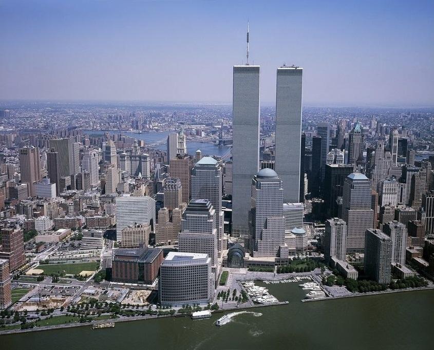 Pogled na Blizance Svjetskog trgovačkog centra prije napada 2001. godine