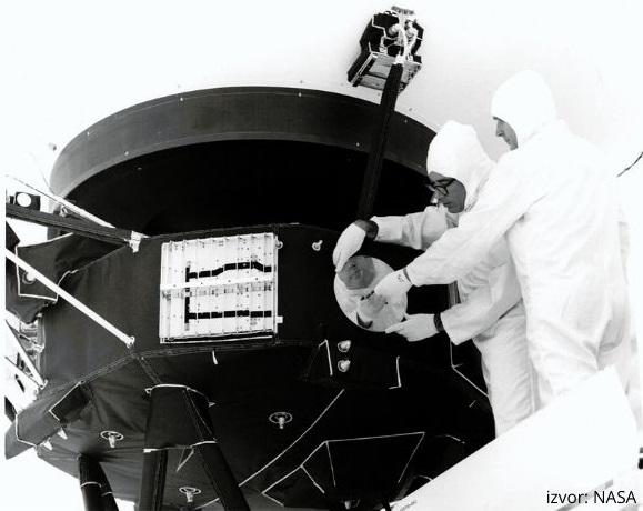 """čvršćivanje pozlaćene ploče """"Sound of Earth"""" na letjelicu Voyager 1"""