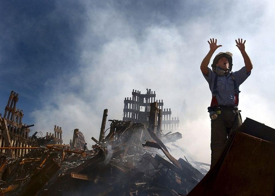 Vatrogasac iz New Yorka poziva još 10 spasilaca da uđu u ruševine Svjetskog trgovačkog centra 14. rujna 2001. godine