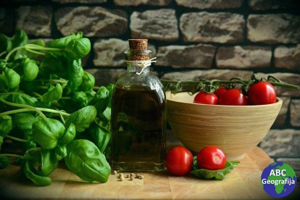 bosiljak, maslinovo ulje i rajčice