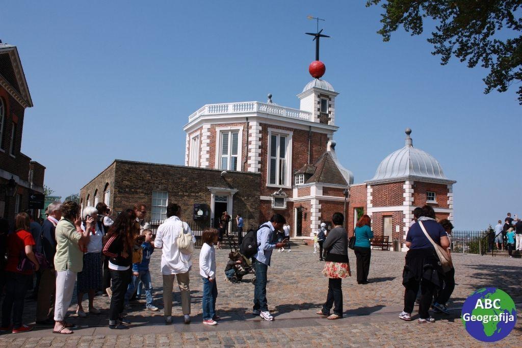 Turisti fotografiraju početni meridijan u Greenwichu
