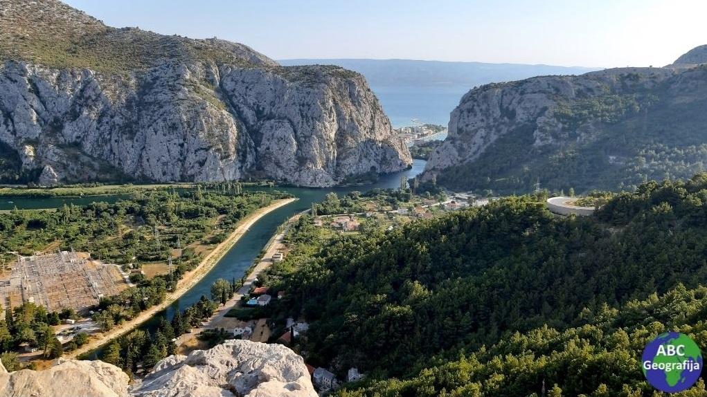 Pogled s vidikovca u selu Gata na ušće Cetine u Jadransko more, Omiš, Brački kanal i Brač